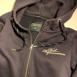 Mörkblå zip hoodie från Peak Performance i storlek XS. Använd fåtal gånger och är i nyskick. 299 kr + frakt
