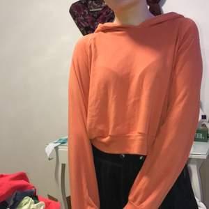 Fin orange sweatshirt från bikbok med luva. Super söt och mysig och en härlig färg. Skriv för mer frågor ❤️❤️