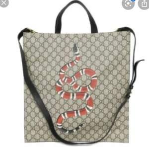 """SÖKER!!!! Handväska modell """"Tote"""" med ormen eller tigern på som logga 👌"""
