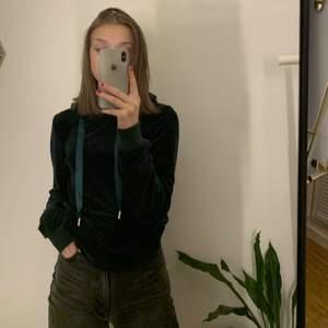 säljer min mjukaste hoodie från madlady!!💚 den är så otroligt mjuk och är den perfekta hoodien för myskläder!! Nästan aldrig använd, hör av er vid intresse☺️