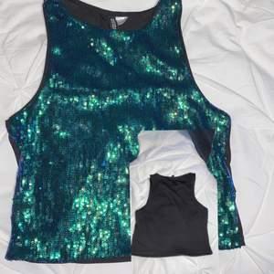 Ett sett från hm. Toppen är i storlek s och kjolen i xs. Baksidan på toppen är helt svart(bild 1) den skiftar i grönt och blått.    Säljer för det inte kommer till användning använt kanske 2 gånger.
