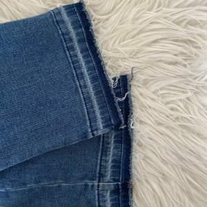 Säljer dessa snygga jeans köpta på pull and bear som är använda 2 gånger och därav i riktigt bra skick💕