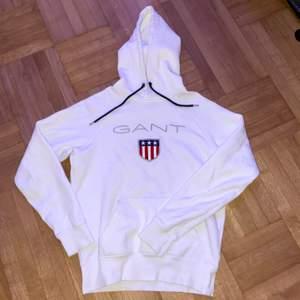 Säljer denna fina vita gant hoodien som är i bra skick och skonsamt använd. Storlek xs. Fraktar endast, frakten ligger på 66kr och ingår inte i priset. Skriv gärna privat om du har några frågor:)