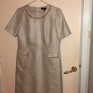 Fin lös klänning är knappt använd. Den har fickor.Skriv om frågor