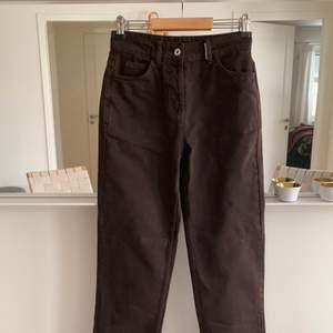 Mörkbruna jeans i storlek W26 L36, innerbens längden är 84cm. Jeansen är helt nya o oanvända med lapp kvar. Sista bilden är färgen i jämförelse med ett par svarta jeans. Buda från 300kr ~ frakt på 63kr tillkommer. Höj med 20kr🌸🌸 Avslutas söndag 10/1 kl 17.00. PRISET JUST NU: 430kr