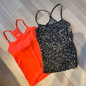 """Två stycken träningstoppar från Nelly och Casall i storlek XS och 34. Skönt """"baddräktsmaterial"""" på båda. Den orange har en inbyggd BH i sig. Båda för 60 :-  Kika gärna på mina andra annonser, flyttrensar och samfraktar gärna :)"""