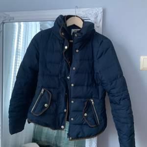 marinblå vinterjacka från Vero Moda med bruna och guldiga detaljer, frakt tillkommer, pris kan diskuteras vid snabb affär😝