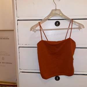 Croppat, rostfärgat linne med spagettiband från Gina Tricot. Köparen står för frakt 🧡