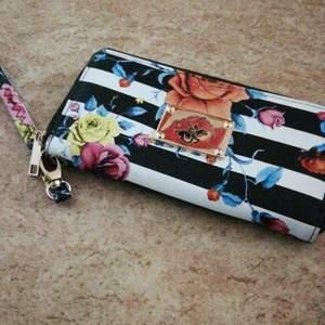 Jätte fin kuvertväska /plånbok inköpt I USA. Plats för kort och mobil samt fack med dragkedja i.