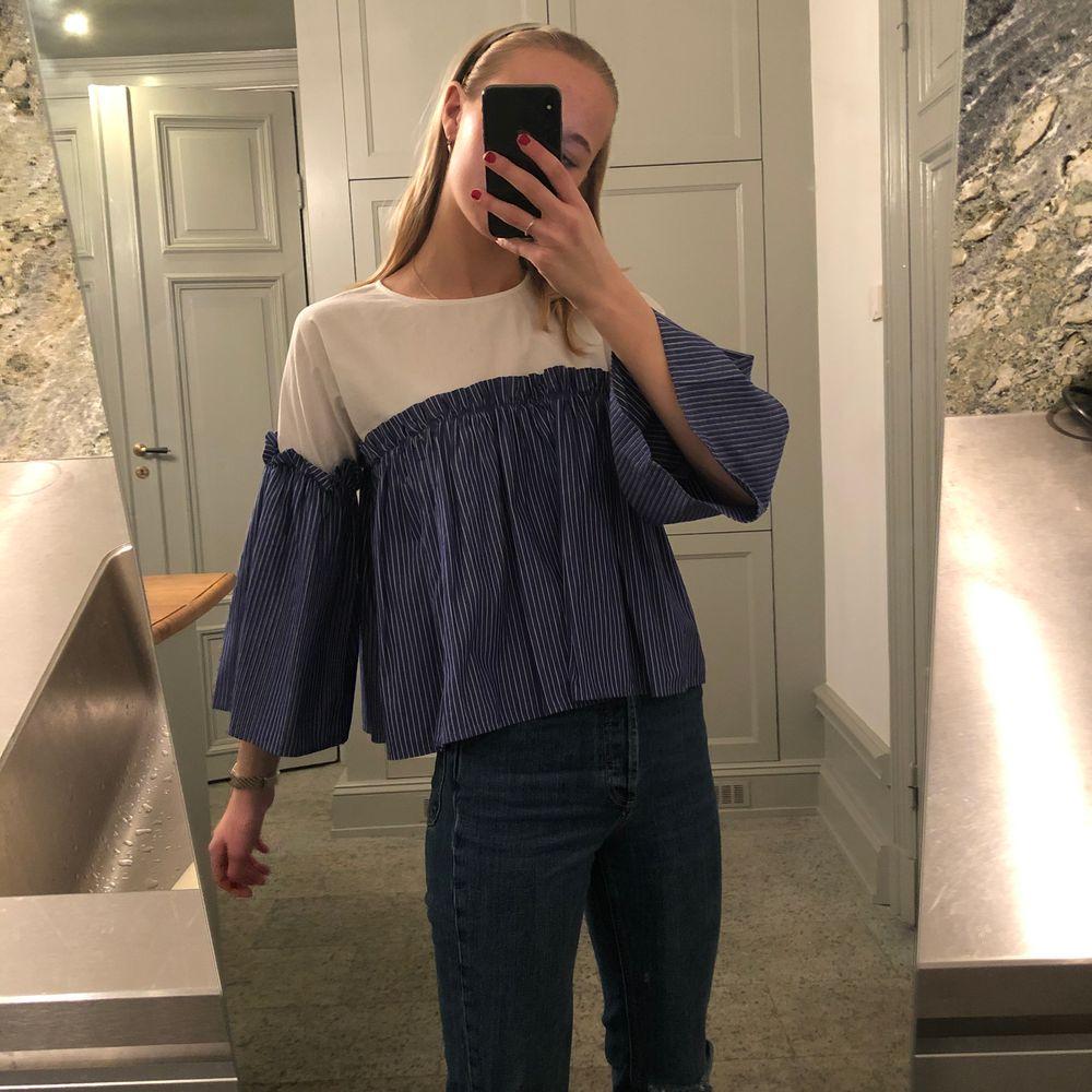 Säljer min älskade blus från topshop. Är i otroligt bra kvalité och sjukt snygg. Passar till alla tillfällen och på alla kroppar!  . Blusar.