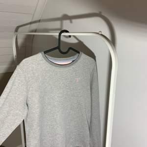 Gant tröja med rosa gant märke. Den är för liten därför säljer jag nu den.                  Köparen står för frakten