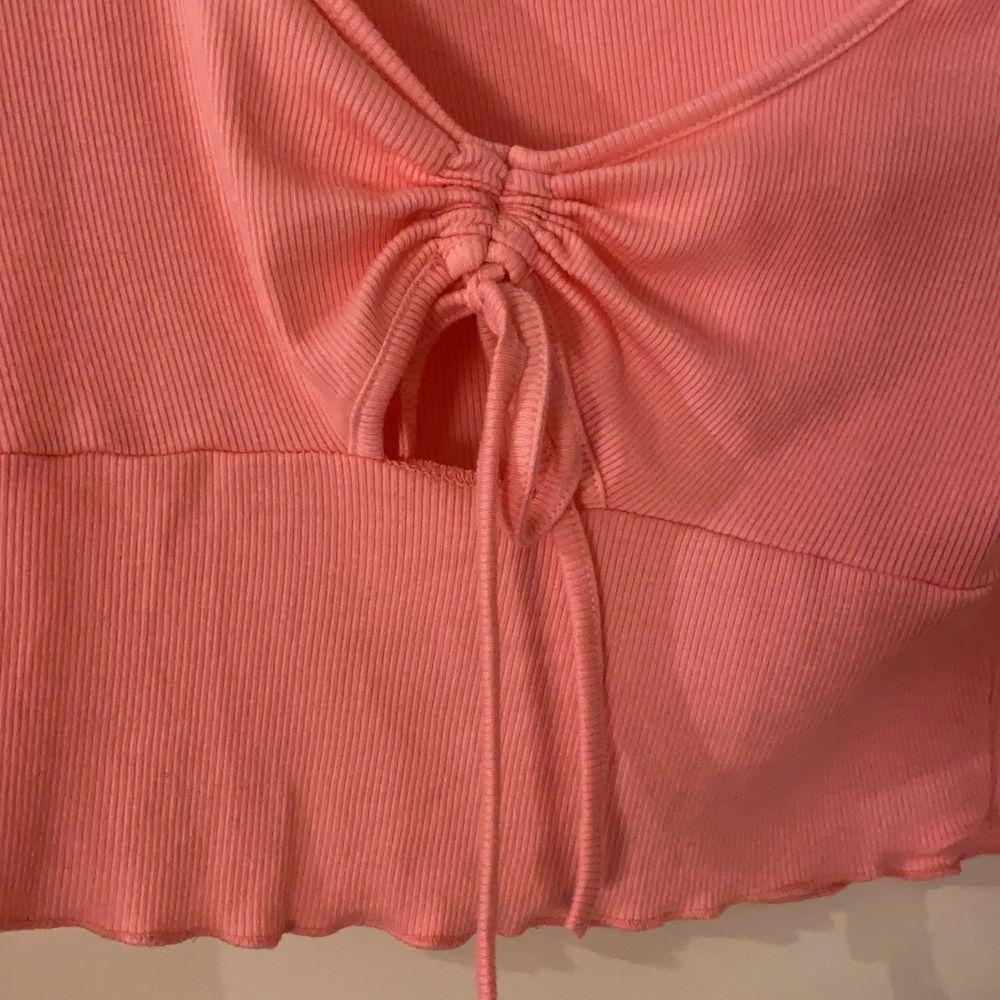 En söt rosa topp som jag köpte i somras på missay i Gbg. säljer den för att jag inte fått användning för den. I väldigt bra skick då den aldrig använts. Passar på mig som är en M . Toppar.