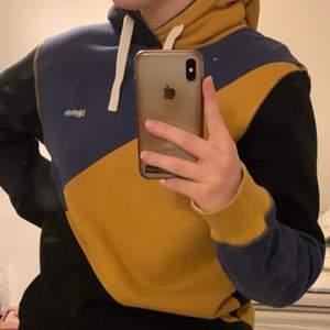 Assymmetrisk hoodie från Björkvin