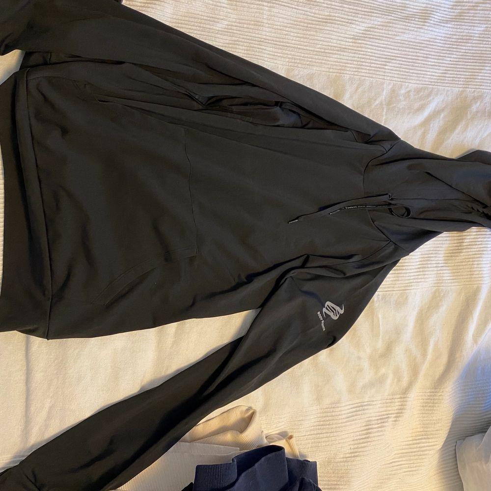 Tränings tröja/Hoodie ifrån Body Science köpt ifrån ICANIWILL. Aldrig använd utan endast provad, i storlek M men väldigt tight så som träningskläder kan vara. Otroligt fin och kön men inte kommit till användning tyvärr. Säljer för 70 kr + frakt eller högst budande + frakt☺️. Huvtröjor & Träningströjor.