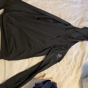 Tränings tröja/Hoodie ifrån Body Science köpt ifrån ICANIWILL. Aldrig använd utan endast provad, i storlek M men väldigt tight så som träningskläder kan vara. Otroligt fin och kön men inte kommit till användning tyvärr. Säljer för 70 kr + frakt eller högst budande + frakt☺️