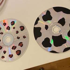 Två cd skivor jag målat på. Köparen står för frakten.💞