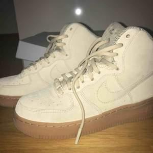 Riktigt snygga och sköna skor från Nike köpta på junkyard 👟 Använda 2 gånger säljer pga för stora tyvärr.   Extra band följer med  Köpta för 730