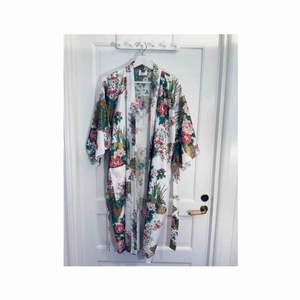 Kimono från Japan. Vackert mönster med blommor, påfåglar och guld. 100% bomull. Frakt: 54:-