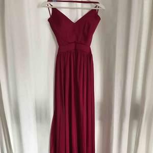 Fantastisk fin balklänning i röd mjuk färg. Använd en gång men kemtvättad, inte en skråma! Storlek S. Köpt för 2000kr, säljes för 500kr. kan skickas!