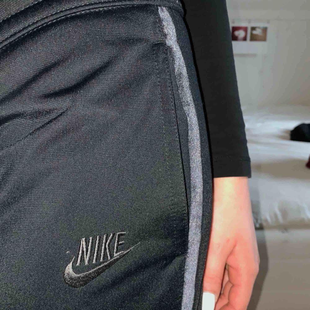 Low-rise Nike-byxor med sammetsränder på sidorna, ficka med dragkedja på baksidan. Står att dom är en M, men dom sitter mer som en S. Det är träningsbyxor/chillbyxor men kan lätt dressas upp. Kan mötas upp i Malmö/Lund eller frakta! 🖤. Jeans & Byxor.
