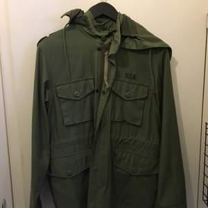 Supreme m-65 popeye jacket Köpt av en kompis för nåt år sedan, han hade i sin tur köpt den i en supremebutik. Skick 10/10 Är liten i storleken och passar mig perfekt om jag rullar upp armarna. Mycket rare, obs skickar ej, möts endast upp!