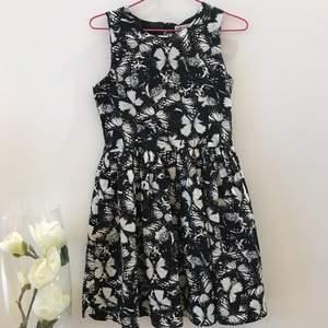 Otroligt fin svart&vit klänning med fjärilsdetaljer✨🦋