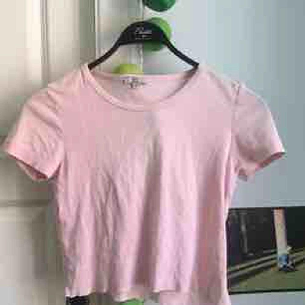 Ljusrosa Avklippt T-shirt, Bomull Strl xs-s-m  Jag brukar ha s/m! Når ungefär till naveln:) Möts i centrala sthlm. Toppar.