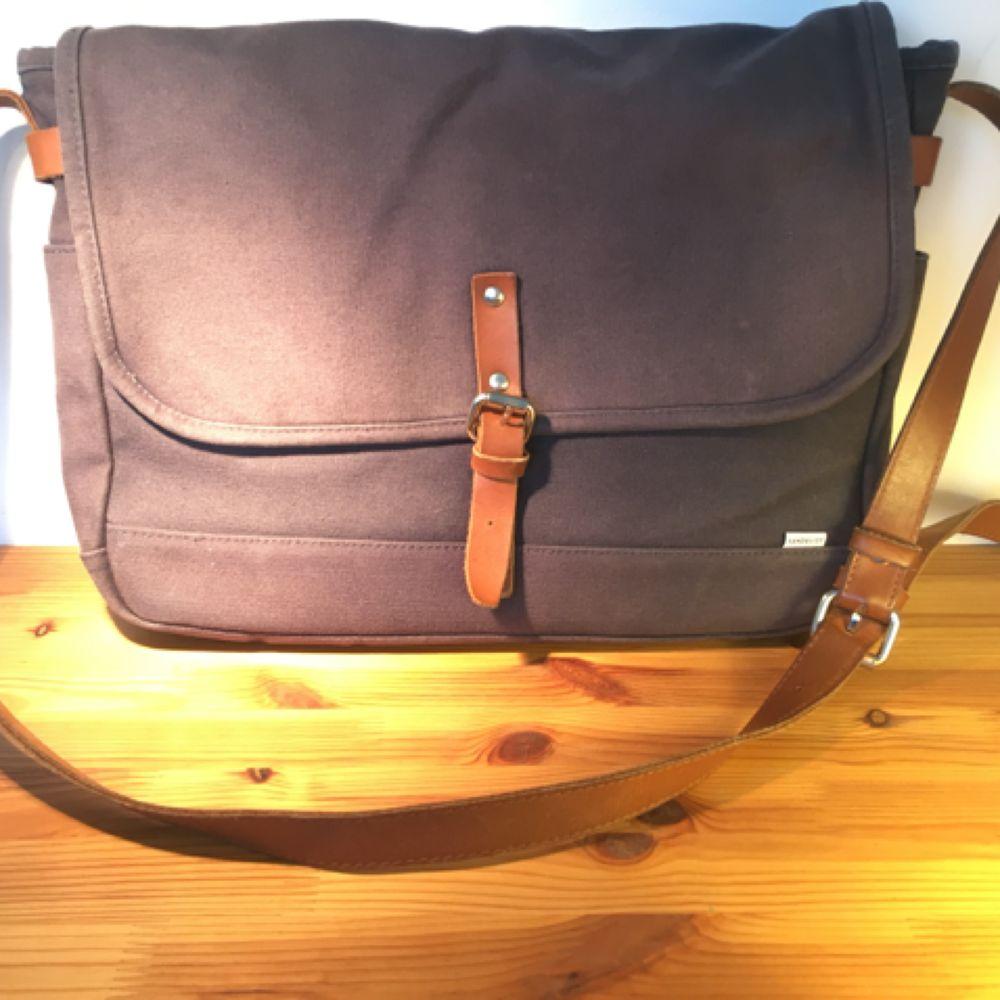 Sandqvist axelbandsväska. Rymmer laptop av standardstorlek. Mörkblå canvas med läderdetaljer. Använd och något solblekt.. Väskor.