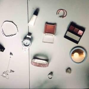 Nit-armband: 10 kr  Foundation från loreal nr10 (BB medium): 15 kr  GRL PWR (girl power) armband: 10 kr  Klocka utan batteri (oanvänd): 50 kr  Oanvänt glitter läppglans i vitt: 10 Oanvänd rosa ögonskugga: 20 kr  Oanvänd ögonskugga (trepack): 25 kr