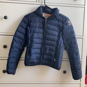 En jätte fin tunn dun parajumer jacka som köptes i våras jätte bra skick och håller värmen jätte bra. Den är i strl Y-S vilket är 152. Den är äkta och är köpt på Kidsbrandstore för ca 1500kr på rean💙