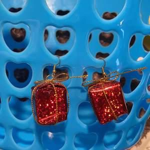 juliga örhängen som föreställer julklappar, väldigt lätta! säljer för 15 kr alltså är det bara frakten som kostar!
