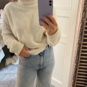 """En vit sweatshirt fast i ett """"fluffigt"""" material. Så skön och fin men använder den tyvärr inte! Den är i storlek Xs. Köparen står för frakten på ca 60kr!"""