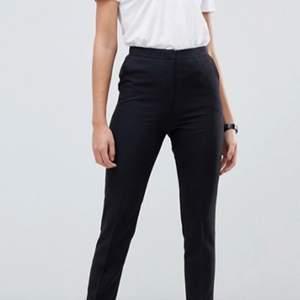 Säljer dessa svarta kostymbyxor från Asos. Modellen på byxorna är i tall längd så dom passar perfekt till du som har långa ben. Storlek 32 men passar är 34. 200kr+ frakt