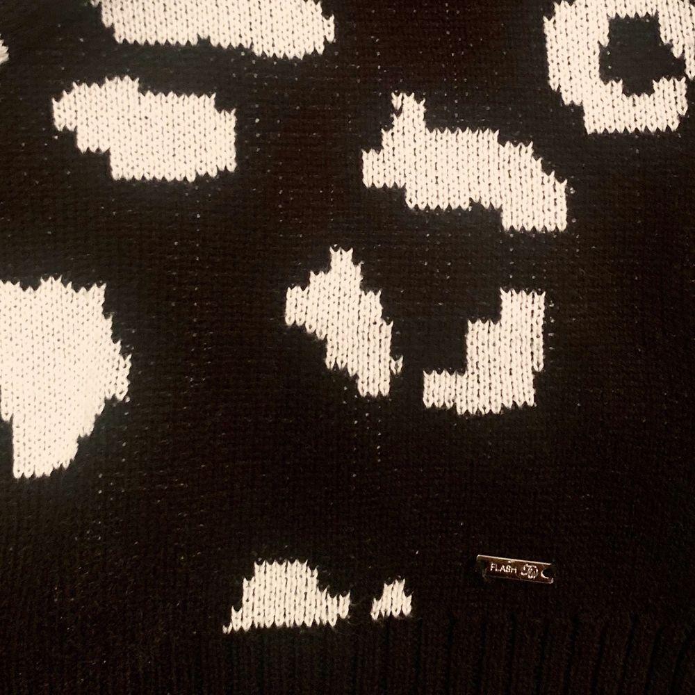 Svart vit stickad tröja med leopardmönster från märket Flash Woman. Tjockt och bekvämt material. . Tröjor & Koftor.