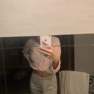 Jättefin rosa/vit randig tröja. Använd Max 3 gånger. Den är strl M men passar en S oxå bara att den blir lite långre då. Tröjan är instoppad  i bh-n på bilderna. Köparen står för frakt 💕