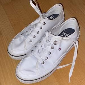 Jätte fina vita tommy hilfiger skor som knappt aldrig andvänds pga fel storlek