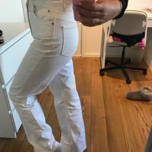 Säljer mina skitsnygga vita jeans från Zara som tyvärr aldrig riktigt kommit till användning 🤍storlek 36, jag är 176 cm🤍🤍🤍🤍