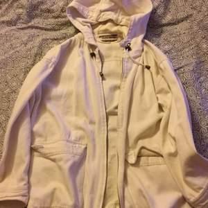 En jätte fin och varm jacka som jag bara har använt Max 2 gånger. EJ hål på jackan osv.🥰 Säljer igentligen bara vid bra bud för gillar det ändå. Men annars buda och så löser vi💖 frakt tillkommer!