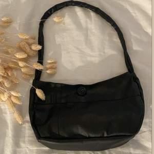 svart pu leather baguette bag med svart knapp som förseglar väskan! handsydd utav en begagnad skinn t-shirt!😍🖤  23x17cm