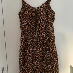 Leopardmönstrad klänning från HM i storlek 36, skulle säga att den är lite större i storleken