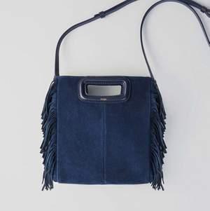 Intresse koll!! Funderar på att sälja denna super fina maje väskan i mörkblå då jag har börjat tröttna lite på den. Buda gärna och skriv om du är intresserad eller vill se fler bilder! Nypris 2950kr