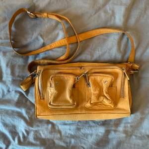 NuNoo väska i gul, något smutsig (bild 2) annars bra skick! Nypris 1199kr säljer för 400kr