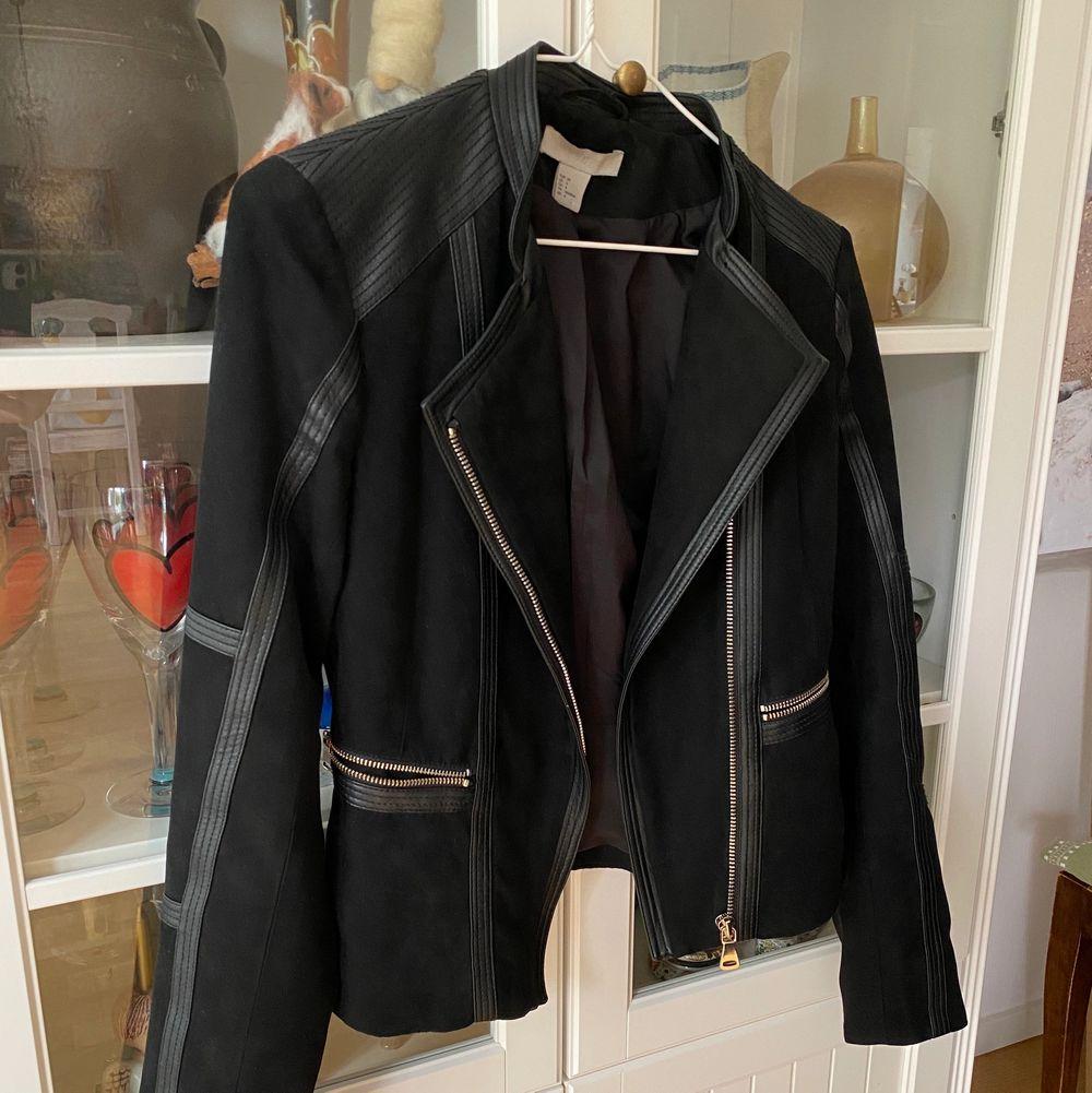 Trendig och slutsåld jacka i storlek 34 från H&M. Säljs pga flyttrensning. 🤗 frakten kostar 63kr.. Jackor.