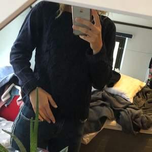 Mörkblå stickad tröja från Hampton Republic med mönster åt sidan. Inte använd så mycket och är därför i bra skick. Kan mötas upp i Stockholm eller frakta (köparen står för frakt).