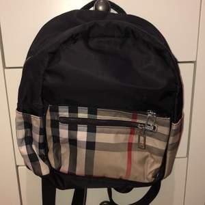 Jätte bra AA kopia av burberry väska och aldrig använd. Lappen finns kvar. Frakten står ni för (80kr)