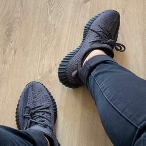 Jag säljer Yeezys svarta i storlek 41. De är även reflective, vilket är den dyrare versionen av svarta skorna. Jag köpte de och trodde att de var äkta men de verkade vara kopior. Så va medvetna att det är kopior. Kan möta er i Stockholm och lämna skorna för att slippa frakta de.