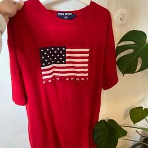 T-shirt från Ralph lauren sport, är i mjukt skönt material och är i storlek L. Snygg som oversized tröja🌼