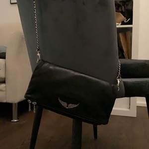 Säljer min zadig & Voltaire väska i den klassiska rock modellen. Fint skick och påsen tillkommer, köpt för 3500kr för ca 2 år sen. Den är använd men i väldigt fint skick - säljer pga använder inte💞 möts upp i Stockholm annars står köparen för frakt🥰