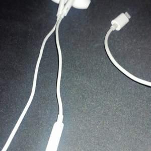 Säljer vita Apple in ears hörlurar. Funkar bra. Finns 3 st på lager 100kr st