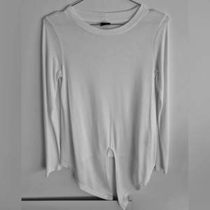 Tröja från Gina tricot med knyte. Storlek: XS. Färg:Vit.Skick: I mycket fin skick, använt 2-3 gånger. (+frakt 44kr)